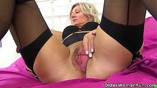 English milf Ellen gets creative with lipstick and dildo