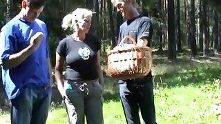 Alte Schleimfotze im Wald von zwei Kerlen bearbeitet!