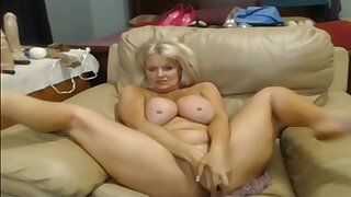 Pleasing experienced lady play with her lovehole